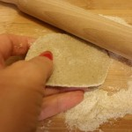 Il mio tentativo di ravioli cinesi jiaozi vegetali 100%   Stendere la pasta di ciascun raviolo